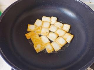 金针菇豆腐煲,煎至豆腐两面金黄盛出备用