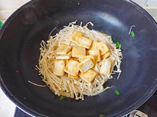 金针菇豆腐煲,放入煎好的豆腐