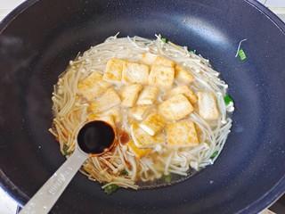 金针菇豆腐煲,加入适量清水,加入生抽