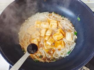 金针菇豆腐煲,加入蚝油,盖上锅盖焖几分钟,放适量鸡精提鲜即可