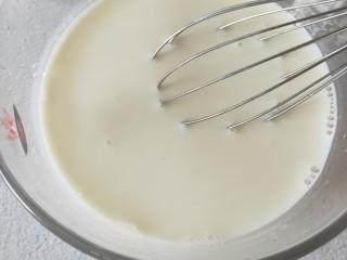 牛奶鸡蛋布丁,再继续搅匀