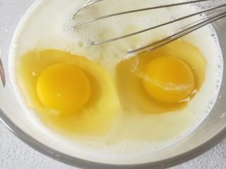 牛奶鸡蛋布丁,再打入两颗鸡蛋