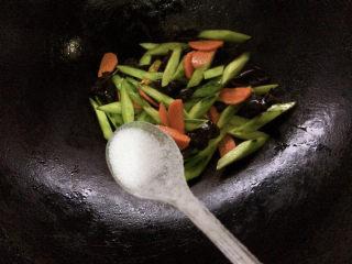 黄瓜炒木耳,加少许盐进行调味