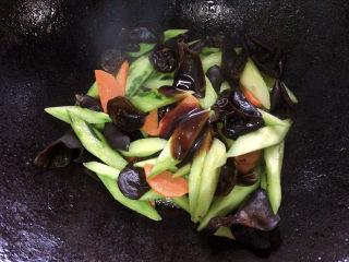 黄瓜炒木耳,适量蚝油,加入其中。