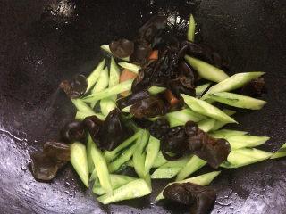 黄瓜炒木耳,加入青瓜和木耳旺火快炒