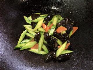 黄瓜炒木耳,快炒15s出锅即可食用