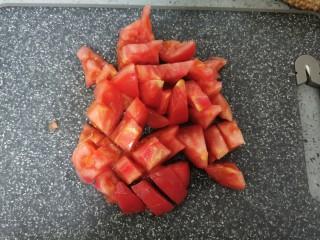 金针菇豆腐煲,西红柿切碎