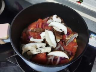 金针菇豆腐煲,放入香菇