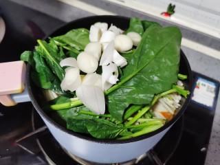 金针菇豆腐煲,最后放上葱花