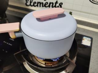 金针菇豆腐煲,盖上盖子,中小火焖煮8分钟