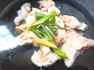 可乐鸡翅根,起锅加凉水放入鸡翅根,料酒,葱,姜烧开后煮两分钟