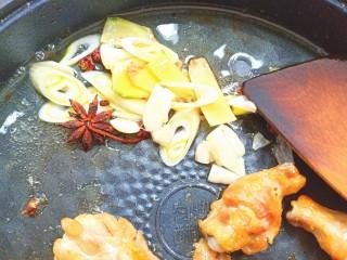 可乐鸡翅根,放入葱姜蒜,花椒大料炒出香味