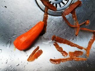 黄瓜炒木耳,将胡萝卜去皮