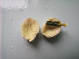 花生红枣汤,泡发好的莲子去掉绿心