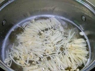 金针菇炒鸡蛋,锅内烧开水,加入金针菇焯水1分钟