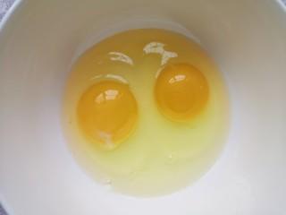 牛奶鸡蛋布丁,鸡蛋磕入碗里。