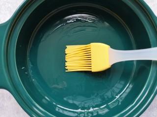 牛奶鸡蛋布丁,蒸碗底部刷上一层玉米油防粘。