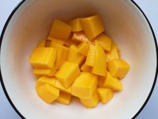 牛奶鸡蛋布丁,小台芒去皮切成小块。