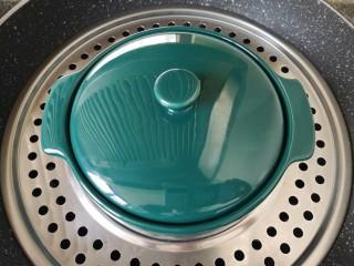 牛奶鸡蛋布丁,盖上蒸碗盖子,凉水上锅,烧开以后转中火蒸15分钟。