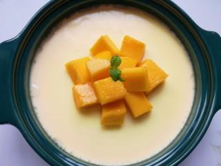 牛奶鸡蛋布丁,晾凉以后放上芒果块。