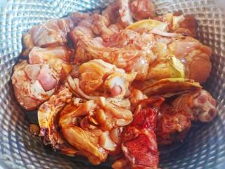 香菇炖鸡腿,抓匀腌制备用
