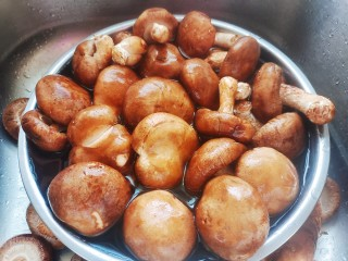 香菇炖鸡腿,香菇洗净