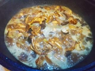 香菇炖鸡腿,加开水,有条件的放啤酒更好。