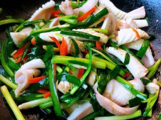 韭菜炒鱿鱼,炒至食材完全入味切记放入韭菜后不宜炒至时间过长