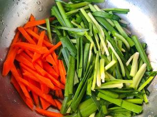 韭菜炒鱿鱼,韭菜洗净沥干水份切成小段胡萝卜去皮洗净切成粗一点的条状
