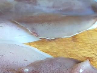 韭菜炒鱿鱼,鱿鱼两条。