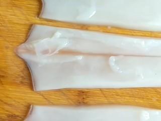 韭菜炒鱿鱼,切成条。