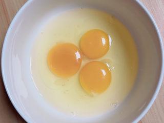 牛奶鸡蛋布丁,准备好鸡蛋。