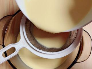 牛奶鸡蛋布丁,将蛋液过滤三次,令蛋液更细腻。