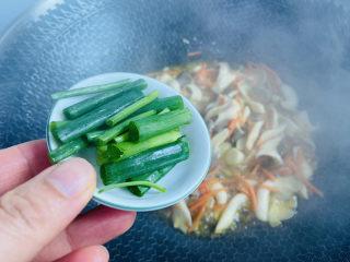素炒平菇,入葱段