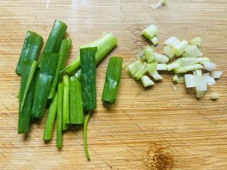 素炒平菇,葱白和葱叶分开切