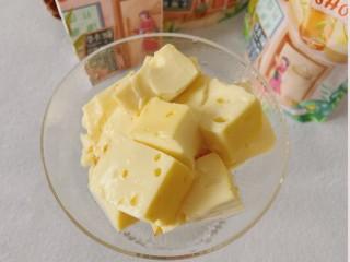 牛奶鸡蛋布丁,由于搅拌过渡导致蒸出来有孔但不影响口感哈