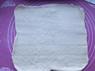 豆沙千层面包,擀开面团成长方形,略大于豆沙馅儿的面积。