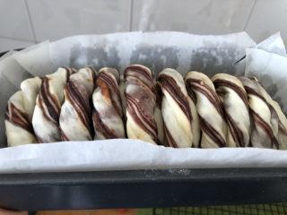 豆沙千层面包,放在温暖处进行二次发酵。