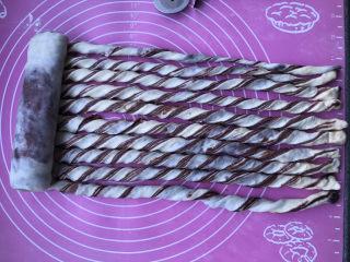 豆沙千层面包,排放整齐后,从左到右卷过去。