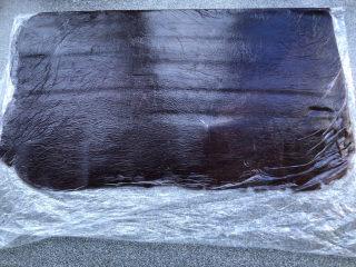 豆沙千层面包,趁发酵时间把豆沙放在保鲜袋里,擀薄。