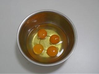 免烤快手版~牛奶鸡蛋布丁,大盆中打入鸡蛋