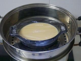 免烤快手版~牛奶鸡蛋布丁,蒸锅中倒入足量的清水,水开后放入中火🔥蒸12分钟左右即可。