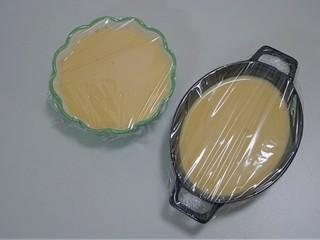 免烤快手版~牛奶鸡蛋布丁,盖上保鲜膜,表面用牙签扎几个小洞