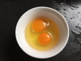 蚕豆炒鸡蛋,两个鸡蛋