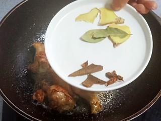 可乐鸡翅根,放入八角,桂皮,香叶,生姜