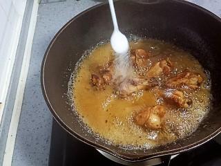 可乐鸡翅根,加入盐和鸡精调味