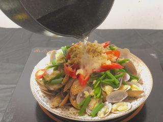 葱油花蛤,趁热泼到大蒜堆里 激发出它们的香味
