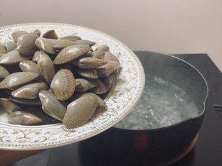 葱油花蛤,倒入洗干净的花蛤