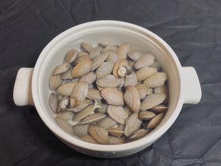 葱油花蛤,市场上买回来的花蛤拿回家先滴几滴食用油和一小撮食盐 净泡让它吐出泥沙