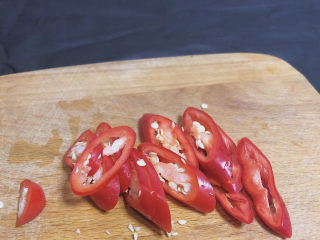 葱油花蛤,辣椒切成圈圈备用